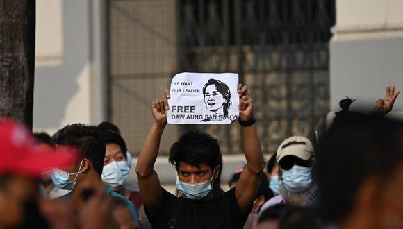 Un manifestante sostiene un cartel pidiendo la liberación de Aung San Suu Kyi durante una manifestación contra el golpe militar en Yangon. (YE AUNG THU / AFP)