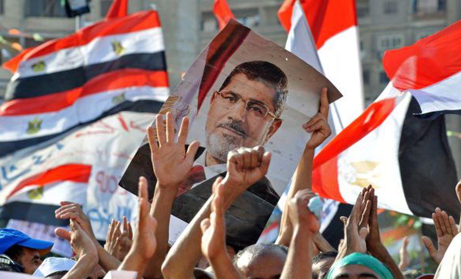 Según el Ejército, los que protestan en contra del golpe de Estado y a favor de Mursi son terroristas. (AFP)