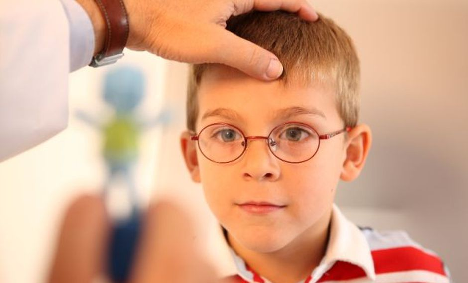Médicos recomiendan hacer chequeos periódicos sobre la salud visual de los niños.