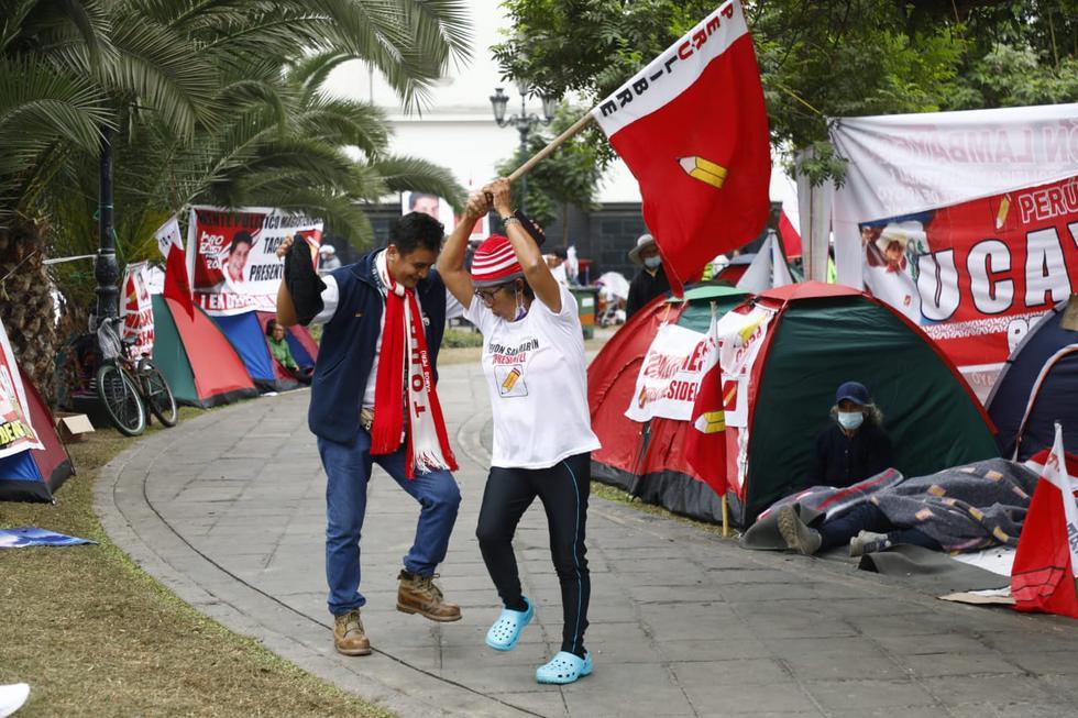 Decenas de simpatizantes del partido político Perú Libre continúan acampando en los exteriores del Jurado Nacional de Elecciones, en el centro de Lima. Esto se da 14 días después de que se realizaran los comicios de segunda vuelta entre la mencionada agrupación y Fuerza Popular. (Fotos: Eduardo Cavero / @photo.gec)