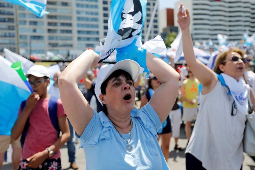 Miles de uruguayos se reunieron el sábado en la tradicional rambla montevideana para celebrar la victoria del virtual presidente electo, Luis Lacalle Pou. (Reuters)