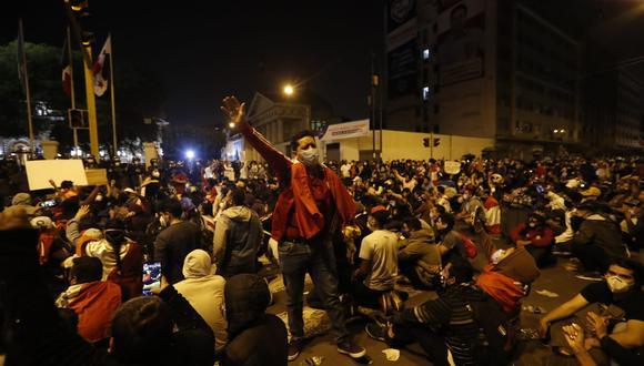 Ciudadanos concentraron fuera de las instalaciones del Congreso a la espera de una decisión. (Hugo Perez / @photo.gec)