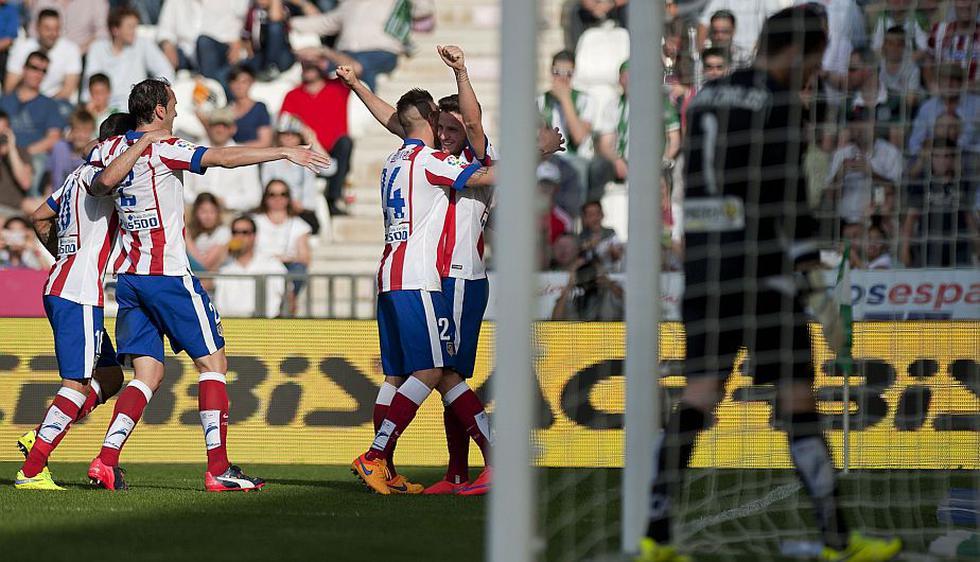 El Atlético de Madrid metió presión al Barcelona (1° con 68 puntos) y al Real Madrid (2° con 64) este sábado tras imponerse 2-0 en casa del colero Córdoba. (AFP)