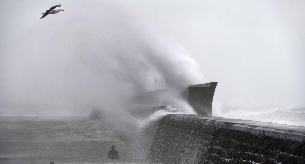La gente navega detrás del embarcadero en Plobannalec-Lesconil, oeste de Francia, mientras la tormenta Dennis se extiende por toda Bretaña. (AFP).