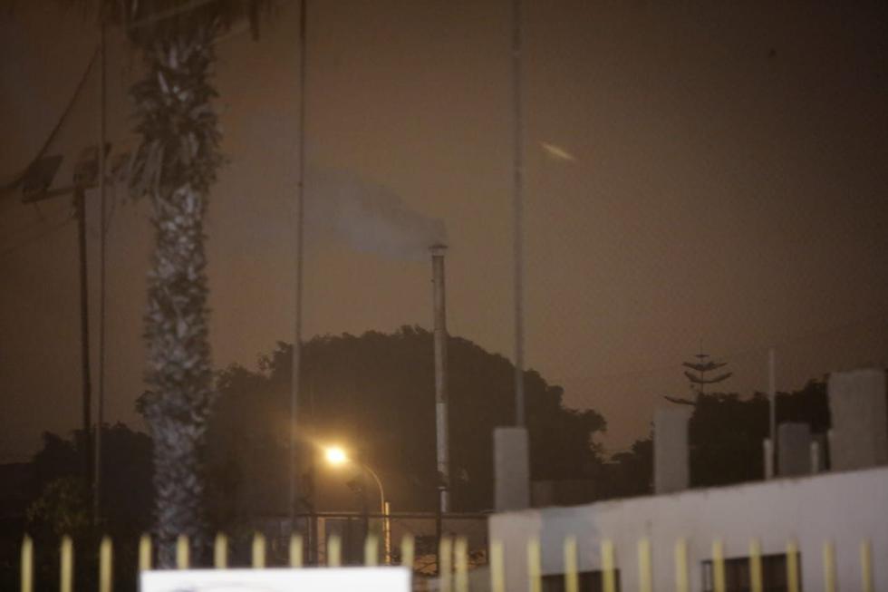 La columna de humo desde el crematorio se pudo ver a lo largo de la madrugada en las inmediaciones del lugar donde permanecieron las autoridades. (Foto: GEC)
