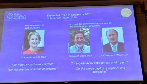 El retrato de los ganadores del Nobel de Química, los estadounidenses Frances H. Arnold y George Smith y el británico Gregory P. Winter. (Foto: EFE)
