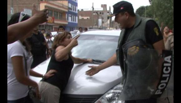 ESCÁNDALO EN TRUJILLO. Policía tuvo que llegar a la zona para poner orden tras ampay de coronel. (Imagen de TV)