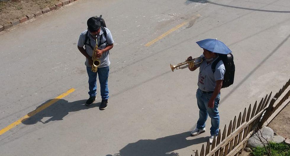 Bandas de música alegran las calles de Lima en medio de la pandemia