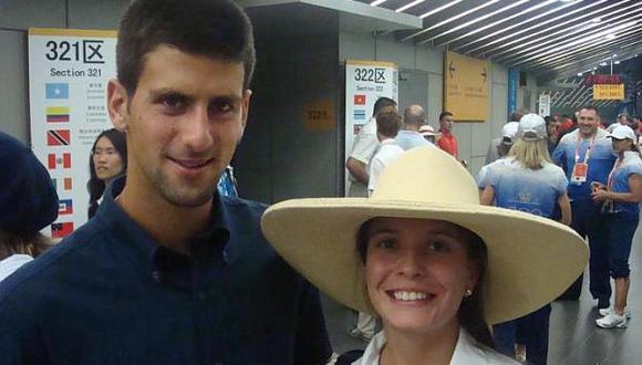 Feliz. Claudia Rivero posa al lado del tenista Novak Djokovic. (Difusión)