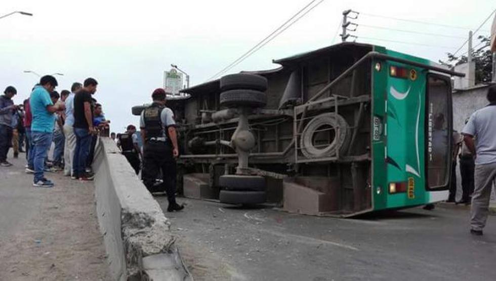El microbús, de la empresa de transportes Libertad, se volcó en el óvalo Grau. (Jorge Clavijo)