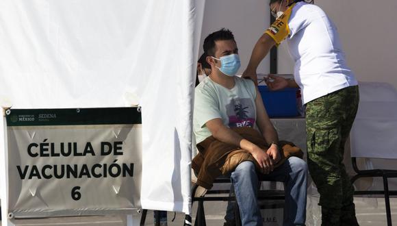 Un trabajador de salud recibe la vacuna Pfizer-BioNTech para COVID-19 en la base militar N-1 en la Ciudad de México, el miércoles 30 de diciembre de 2020 (AP/ Marco Ugarte).
