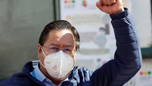 Luis Arce, candidato presidencial del partido Movimiento al Socialismo (MAS), levanta el puño tras votar durante las elecciones presidenciales de Bolivia en La Paz. (REUTERS/Ueslei Marcelino).