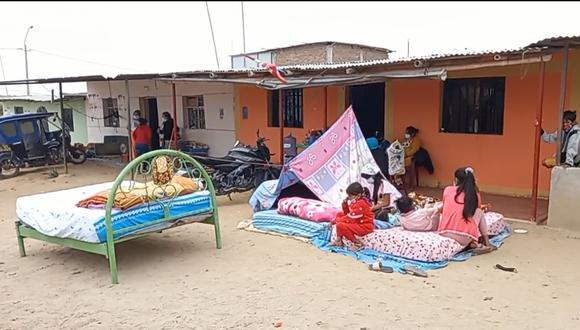 Las familias en el distrito de Miguel Checa durmieron en el exterior de sus casas. (Foto: Municipalidad Provincial de Sullana)